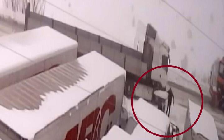 Sivas'ta bir kişi kar küreme aracını seyrederken canından oluyordu