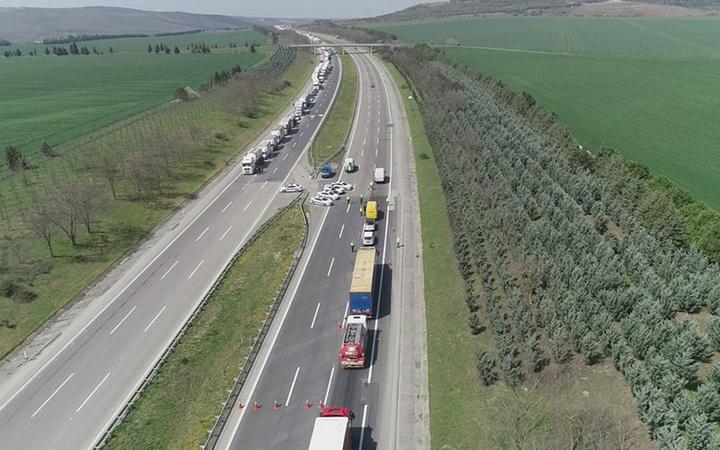 İstanbul'un giriş ve çıkışlarına abluka kilometrelerce kuyruklar oluştu