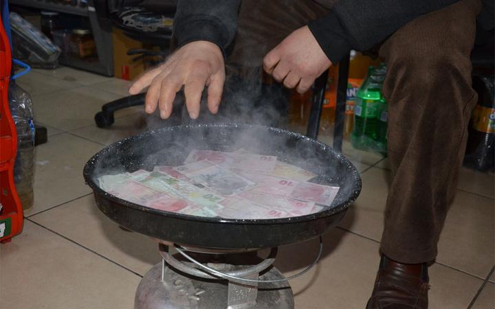 Ordulu esnaf koronavirüse karşı paraları 100 derecelik suda kaynatıyor