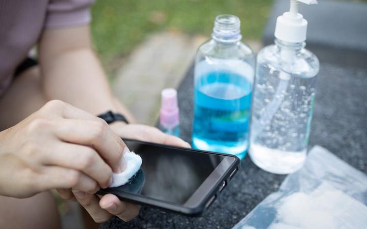 Bilim Kurulu üyesi Prof. Dr. Özlü'den cep telefonu uyarısı: Streç filme sarın