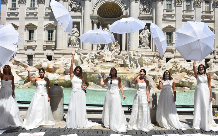İtalya'da gelinler 'aşk çeşmesi' başında isyan etti! Her şeyi mahvettiniz