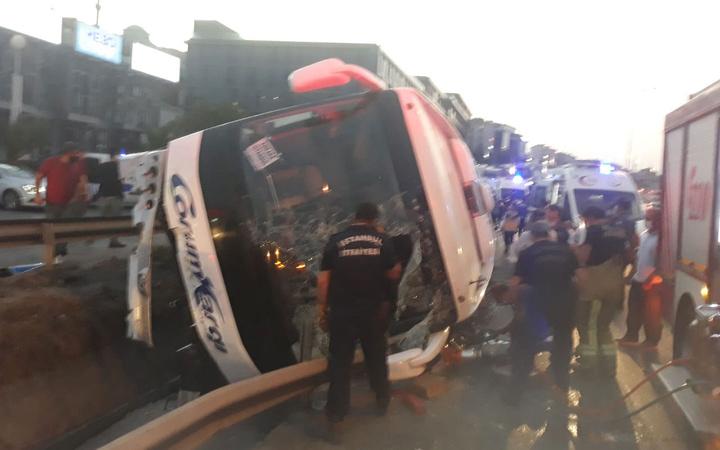 İstanbul'da yolcu otobüsü devrildi! Çok sayıda yaralı var