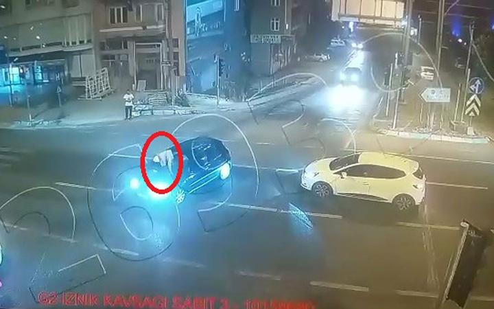 Bursa'da otomobilinin üzerine çıkan saldırganı polis merkezine kaputta götürdü