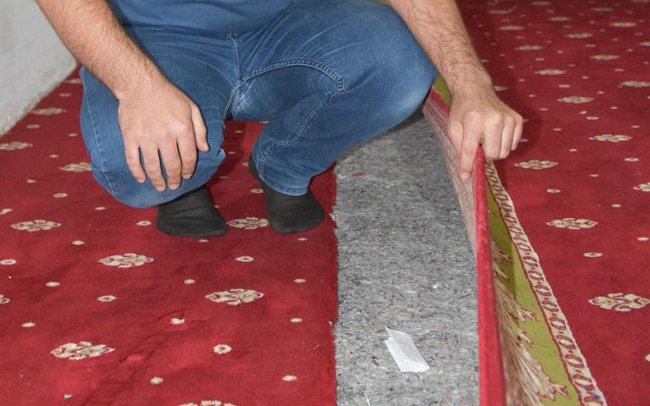 Şanlıurfa'da müezzin camiyi temizlerken halının altında buldu okuyanlar duygulandı