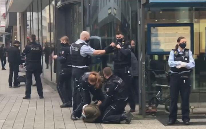 Başörtülü kadına polis şiddeti infial yarattı! Maske takmadı diye...