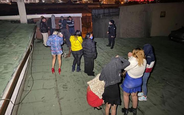 Konya'da inanılmaz kaçış! Pavyonu polis basınca çatıya kaçtılar