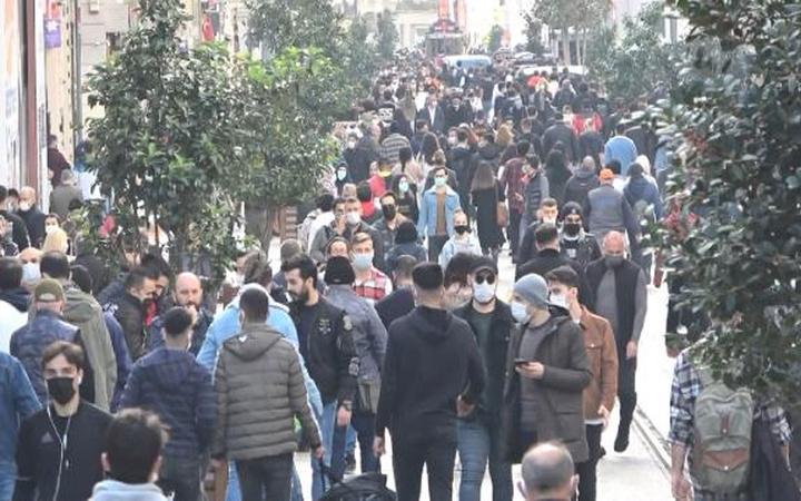 Güneşi gören kendini sokağa attı! İstiklal Caddesi'nde korkutan kalabalık