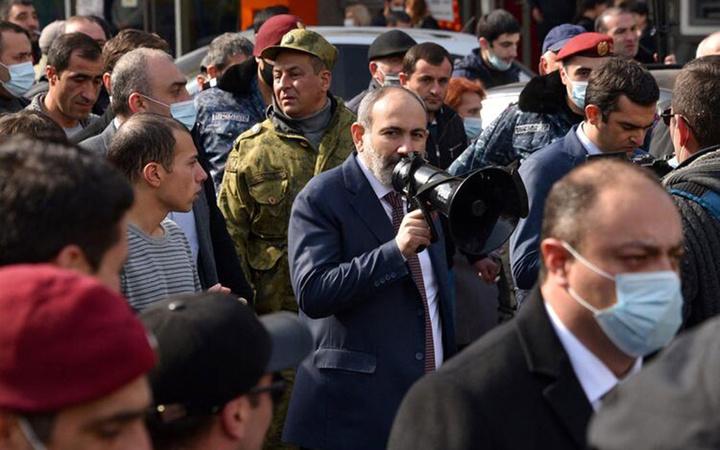 Ermenistan'da darbe Paşinyan sokağa indi Genelkurmay Başkanı kovuldu