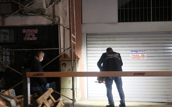 İzmir'de yaşandı! Eski sevgilisinin oğlundan kaçarken balkondan düştü