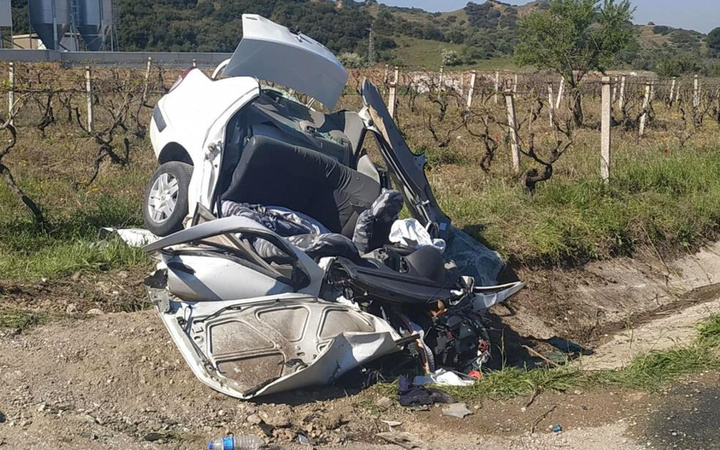 Manisa'da otomobil üzüm bağına uçtu: 3 kişi öldü