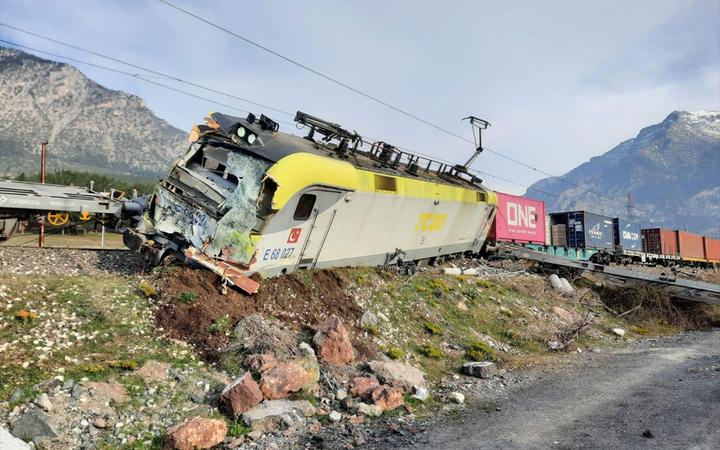 Adana'da aynı istikamete giden iki yük treni çarpıştı! 8 vagon devrildi 2 makinist yaralı