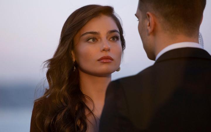 Arıza'nın yıldızı Ayça Ayşin Turan'ı bir başka kadın oyuncuyla evli gösterdiler!