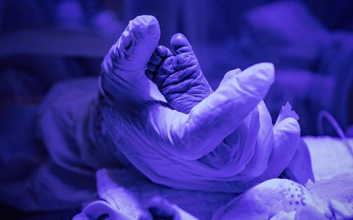 Sağlık çalışanlarının şefkatli elleri koronavirüslü çocuk hastaların da üzerinde