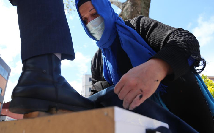 Kocaeli'de fedakar anne ayakkabı boyamak zorunda kaldı erkeklerin yüzde 50'si yadırgadı