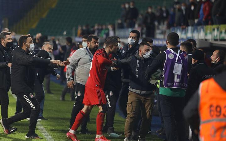 Rizespor-Beşiktaş maçında saha içi karıştı: Sergen Yalçın'ın rakibine saldırmasının anlamı yok