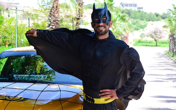 Mersin'de 'Batman taksici' görenleri şaşırttı! Moral olsun diye Batman kostümüyle geziyor