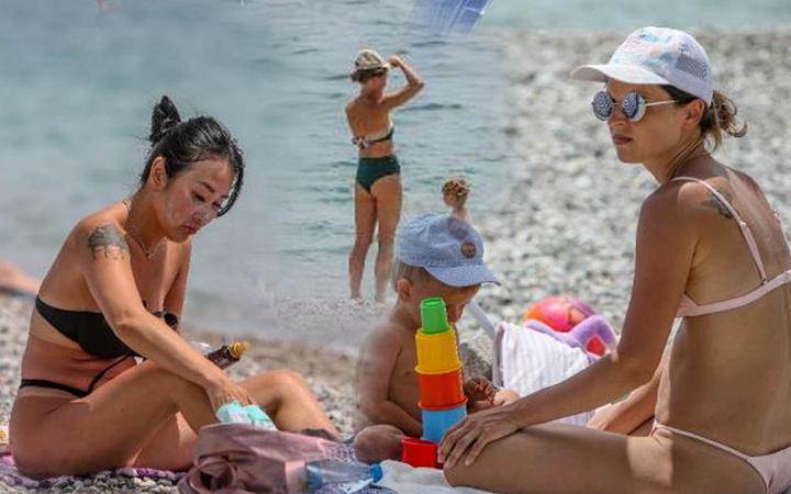 Tam kapanmada turiste kalmaya devam etti Antalya Konyaaltı Sahili'nde bugün