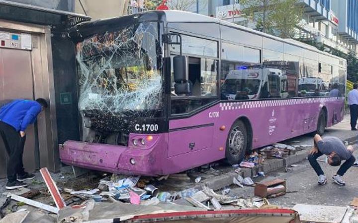 Kadıköy'de otobüs kazası! İETT otobüsü üst geçidin asansörüne çarptı