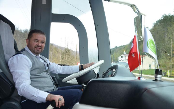 İlçeye ilk belediye otobüsü alındı! Şoför bulunamayınca direksiyona Belediye Başkanı oturdu