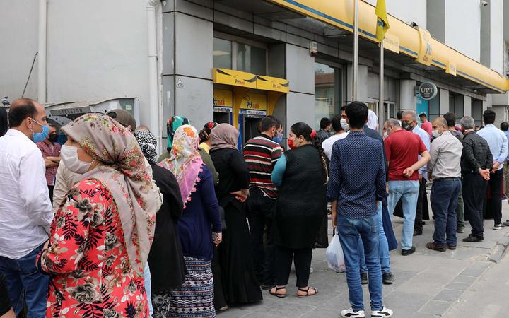 Vatandaşlar PTT'ye akın etti Mardin Gaziantep Samsun Adıyaman'da uzun kuyruklar oluştu