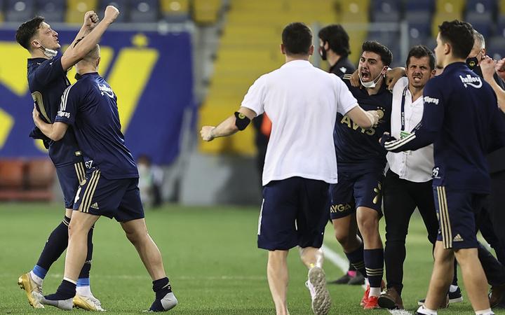 Fenerbahçe, son dakikada kazandı! Caner Erkin ağladı Emre Belözoğlu secdeye yattı