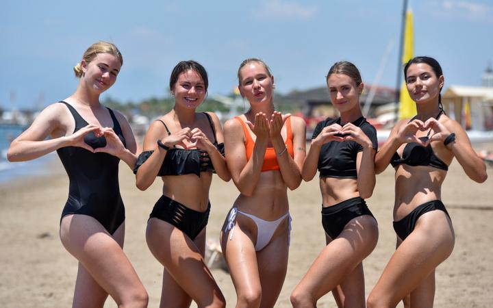 Antalya'da Rus turistler plajlara akın etti! Denizin keyfini çıkardılar