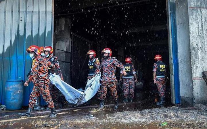 Bangladeş'te fabrika yangını! Görüntüler mahşer yerini aratmadı onlarca ölü var