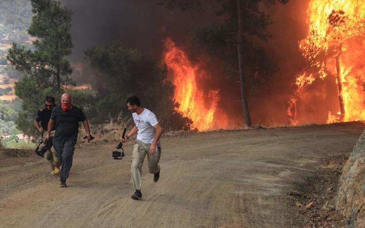 Marmaris ve Manavgat'ta korku dolu anlar! İtfaiyeciler ve gazeteciler son anda kurtuldu