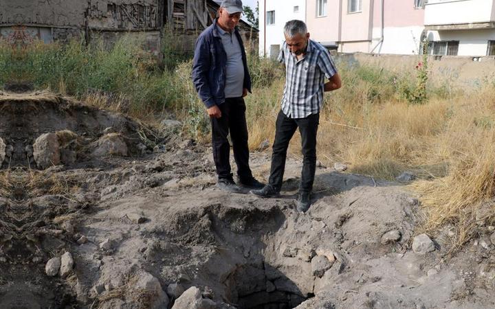 Sivas'ta şaşırtan olay: Kepçeyi toprağa vurunca tarihi kuyu bulundu