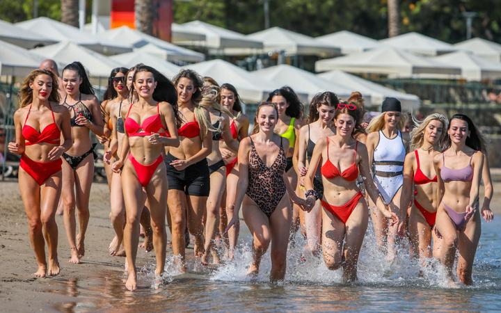 Antalya'da 40 güzellik kraliçesi adayı denizin keyfini çıkardı