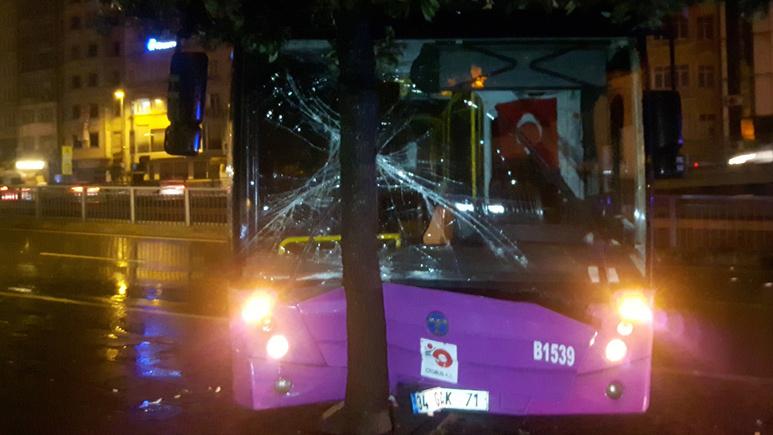 Fatih´te özel halk otobüsü bariyerlere çarptı