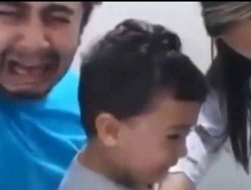 Oğluna iğne yapılırken ağlayan baba
