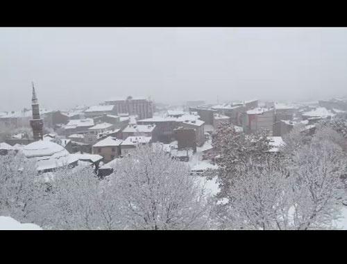 Erzurum'da kar sokakları beyaza bürüdü