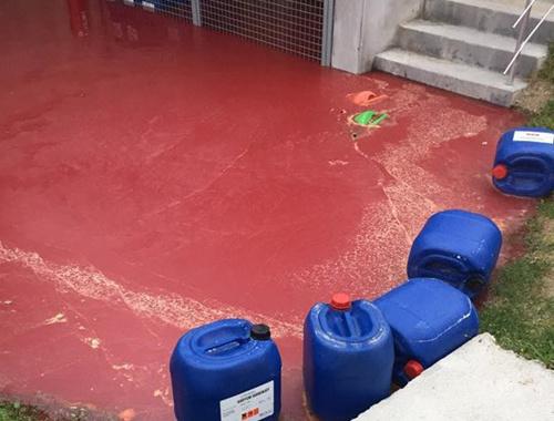 Kırmızı atık madde korkuttu
