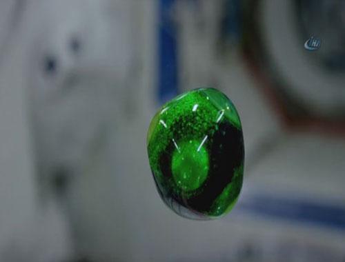 Uzay'da su damlasının muhteşem dansı