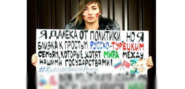 Rus şarkıcı Türkçe pankart açtı!