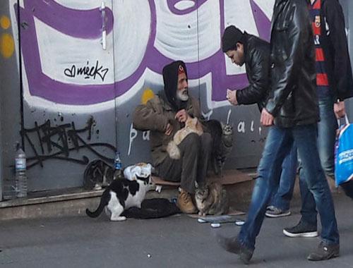Eski söz yazarının İstiklal Caddesi'ndeki yaşam mücadelesi