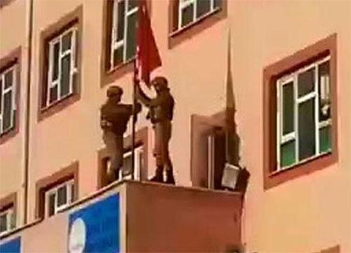 Derik'te indirilen Türk bayrağı Diriliş'in müziğiyle göndere çekildi
