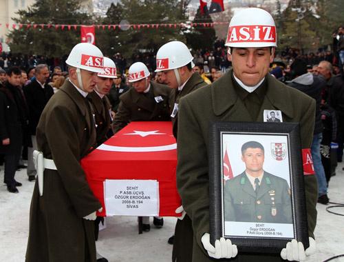 Şehit cenazesinde CHP'lilerden çelenk tepkisi!