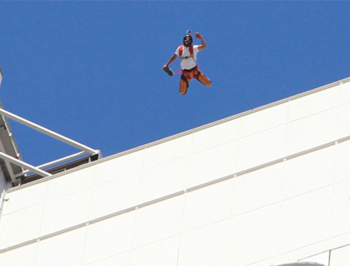 İzmir'in göbeğindeki kuleden paraşütle atladı