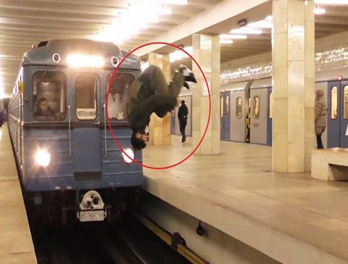 Metro istasyonunda görenleri şaşkına çeviren hareket