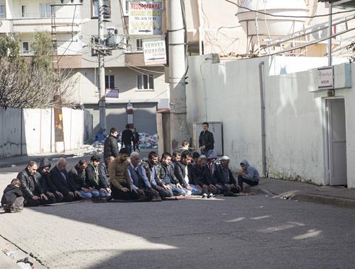 """Cizre'de """"cuma namazı"""" sokakta kılındı"""