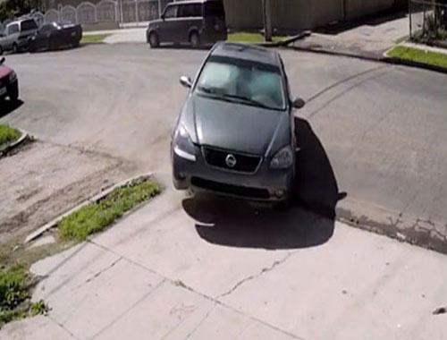 Sarhoş sürücü aracıyla duvara böyle girdi