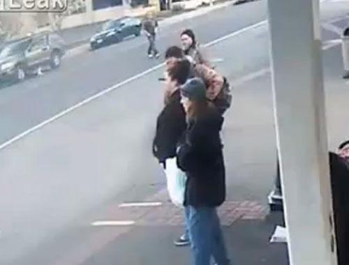 Sokak ortasında evsiz adamı yumrukladı!