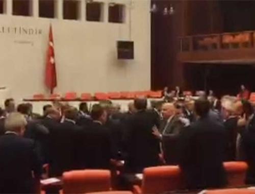 Meclis'te AK Partili ve CHP'li vekiller arasında arbede