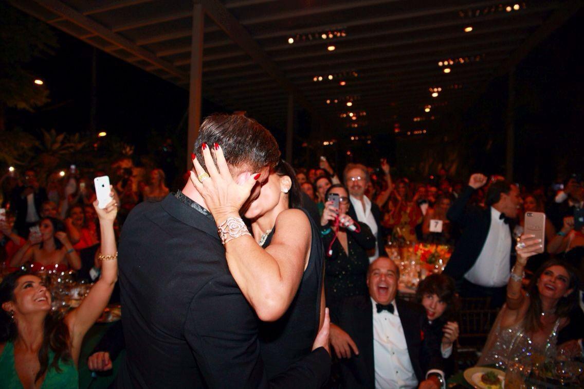 Ünlü şarkıcıyla öpüşmek için 255 bin TL ödedi!