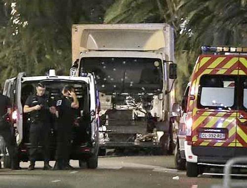 Fransa'daki saldırıda kamyonun camındaki korkunç detay