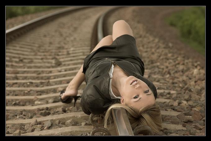 İnanılmaz olay! Tren raylarında ilişkiye girerken...