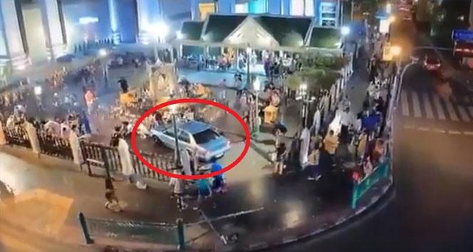 Otomobil dua eden kalabalığın içine daldı! Dehşet anlar kamerada