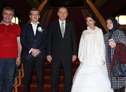 Erdoğan, Demokrasi Nöbeti'ne gelen damat ve geline altın taktı
